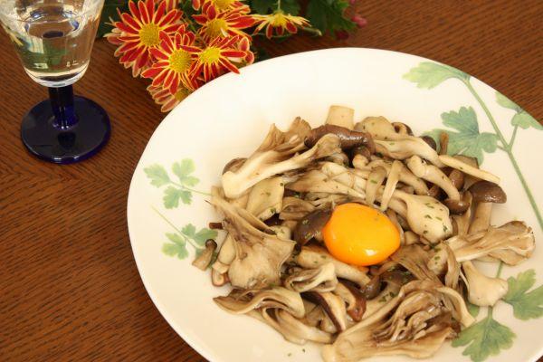 きのこ炒め卵黄添え(美味しいもの見~つけた①)